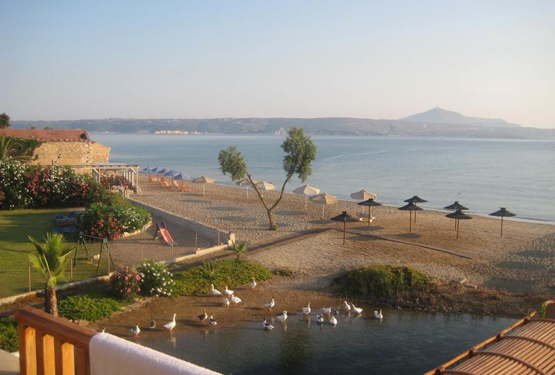 Kalives Beach -hotellimme on sekä Välimeren, että lähdevettä virtaavan joen rannalla.